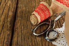 丝带和剪刀在木板条 库存图片