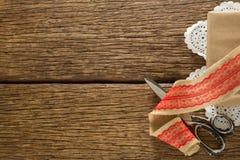 丝带和剪刀在木板条 免版税库存照片