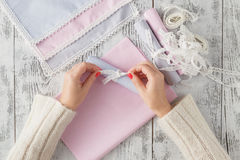 丝带弓礼物花手工制造工艺手折叠条纹decoratio 免版税库存图片