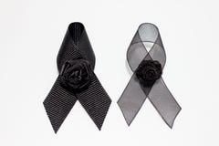 黑丝带;在白色背景隔绝的悲伤表示的装饰黑丝带手工制造艺术性的设计 图库摄影