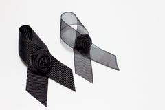 黑丝带;在白色背景隔绝的悲伤表示的装饰黑丝带手工制造艺术性的设计 库存图片