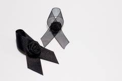 黑丝带;在白色背景隔绝的悲伤表示的装饰黑丝带手工制造艺术性的设计 库存照片