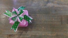 丝带织法当在木头上把放的礼物盒 免版税库存照片