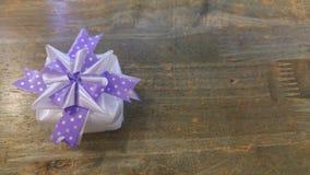 丝带织法当在木头上把放的礼物盒 免版税库存图片