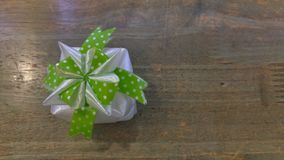 丝带织法当在木头上把放的礼物盒 库存图片