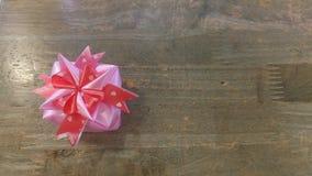 丝带织法当在木头上把放的礼物盒 免版税图库摄影