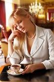 丝毫诉讼的白肤金发的妇女喝发球区域 库存照片