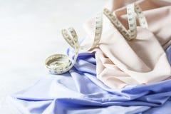丝织物、卷尺磁带和时尚称呼想法 库存照片