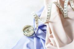 丝织物、卷尺磁带和时尚称呼想法 免版税库存图片