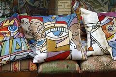丝绸五颜六色的枕头 库存图片