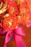 丝绸桃红色丝带的玫瑰 免版税库存照片