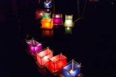 丝绸灯笼小船的各种各样的颜色有里面被点燃的蜡烛的 库存图片