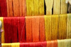 丝绸螺纹的颜色 免版税库存图片