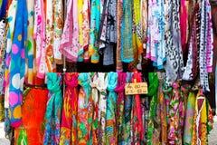 丝绸五颜六色的围巾 免版税库存图片