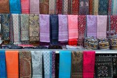 丝绸围巾待售在巴库的耶路撒冷旧城,阿塞拜疆 免版税库存照片