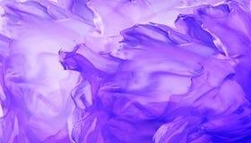 丝织物背景,挥动紫色飞行布料的摘要 免版税库存照片