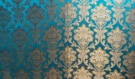 丝绸纹理与一个花卉样式的 中国丝绸锦,美好的昂贵的织品背景 金装饰品绿松石em 免版税库存照片