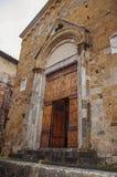 丢失中世纪大厦的门在一多云天在锡耶纳 免版税图库摄影