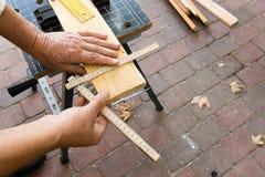 丢失了一个手指技巧的木匠测量 免版税库存图片
