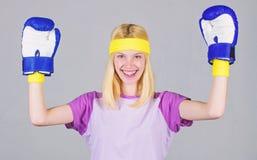 丢失重量的心脏把装箱的锻炼 阴物和力量平衡 妇女拳击手套享受锻炼 女孩学会 免版税库存图片