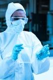 丢弃危险液体的保护的科学家 免版税库存照片