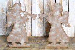 两一个天使的图与喇叭的做了木头 免版税库存照片