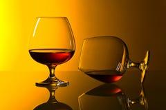 两一口威士忌酒在玻璃桌上的白兰地酒 库存照片