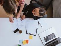 两一起研究一个新的企业项目的少妇 免版税图库摄影