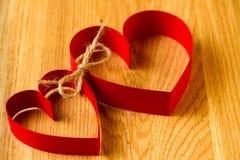 两一起红色纸心脏联接在爱 库存照片