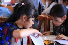 两万圣夜党的小女孩。大叻市,越南10月30日 免版税库存图片