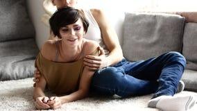 两三个恋人在家 男人和妇女互相笑并且挥动 在慢动作的录影 影视素材