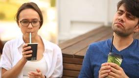 两三人和女孩在一个不拘形式的室外咖啡馆喝咖啡并且聊天 快餐 影视素材