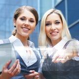 两三名年轻和聪明的白种人女实业家 免版税库存图片