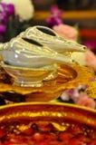 两三喇叭壳作为水在传统泰国婚礼的祝福仪式的部分 免版税库存照片