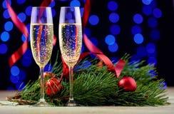 两三块玻璃用在一张木桌上的香槟与基督 库存图片