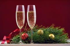 两三块玻璃用在一张木桌上的香槟与基督 库存照片