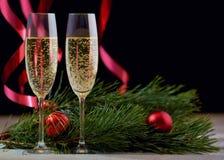 两三块玻璃用在一张白色木桌上的香槟与 库存图片