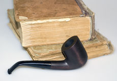 磨损的书和烟斗 免版税库存图片