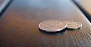 两三枚硬币接近的看法在街道café桌上的 免版税库存照片