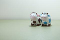 两三陶瓷母牛 免版税图库摄影