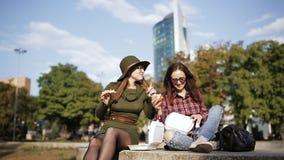 两不同和异常的妇女在街道三明治和油炸物吃 股票录像