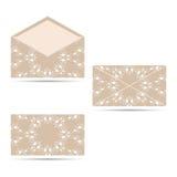 两与一件圆装饰品的信封,米黄与白色 免版税图库摄影