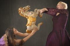 两与古色古香的转盘马的少妇跳舞 免版税库存图片