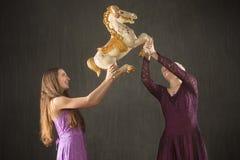 两与古色古香的转盘马的少妇跳舞 库存图片