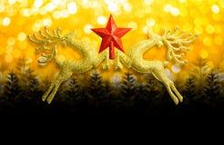 两与红色星的金黄驯鹿在圆bokeh金银铜合金背景和拷贝空间,概念圣诞节 免版税库存图片