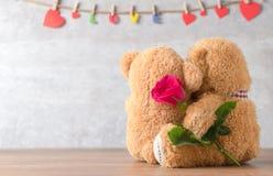 两与红色玫瑰的玩具熊的后部 免版税库存照片