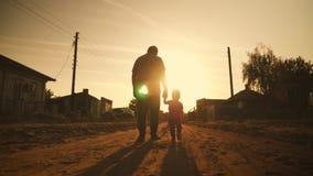 两世代现出轮廓一个成熟祖父和小孙子努力去做在日落 股票视频