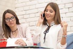 两业务会议寻找的少妇经理新 免版税图库摄影