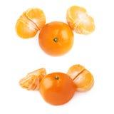 两个一半和新鲜的水多的蜜桔果子被隔绝在白色背景 图库摄影