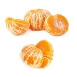 两个一半新鲜的水多的蜜桔果子被隔绝在白色背景 库存照片